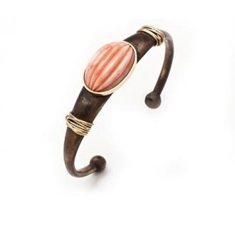 Polsera esclava de bronze amb fils d'or, amb caboixó gallonat de corall. Joieries Barcelona