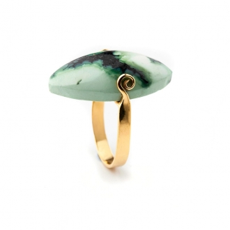 Anell en or amb jadeïta talla navette caboixó. Joieries Barcelona