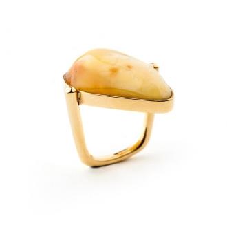 Anillo en oro con un ámbar irregular color miel. Joyerías Barcelona