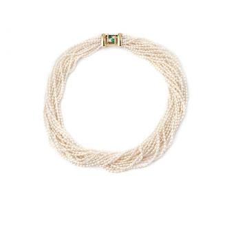 Gargantilla de Perlas, cierre oro con esmeraldas y brillantes. Joyerías Barcelona