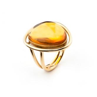Anillo en oro con ámbar translúcido color whiskey. Joyerías Barcelona