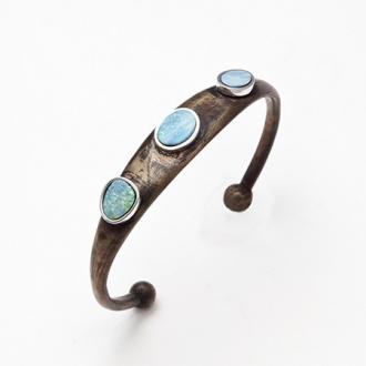 Pulsera esclava de bronce con hilos de plata y ópalos azules